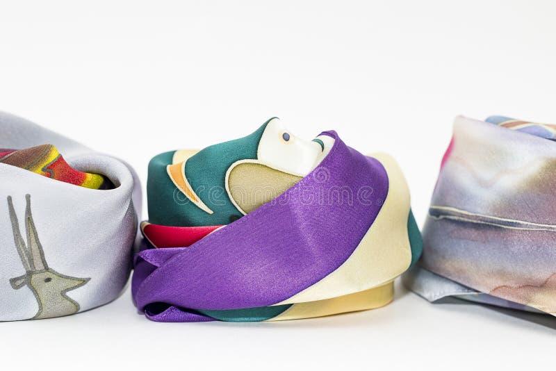 Le sciarpe e del raso delle donne di seta con differenti modelli fotografia stock libera da diritti