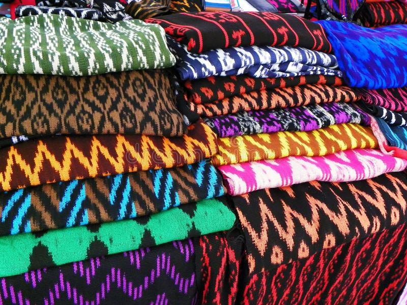 Le sciarpe o Macanas al mercato, tradizionale handcraft e progettano per il cantone di Gualaceo, Cuenca, Ecuador fotografie stock libere da diritti