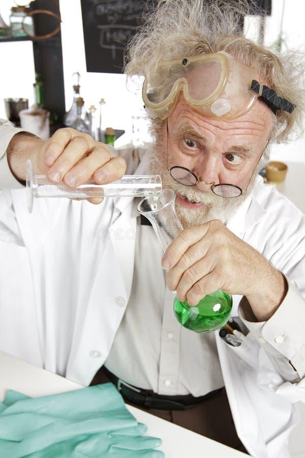 Le scientifique fou entreprend l'expérience de chimie photos libres de droits