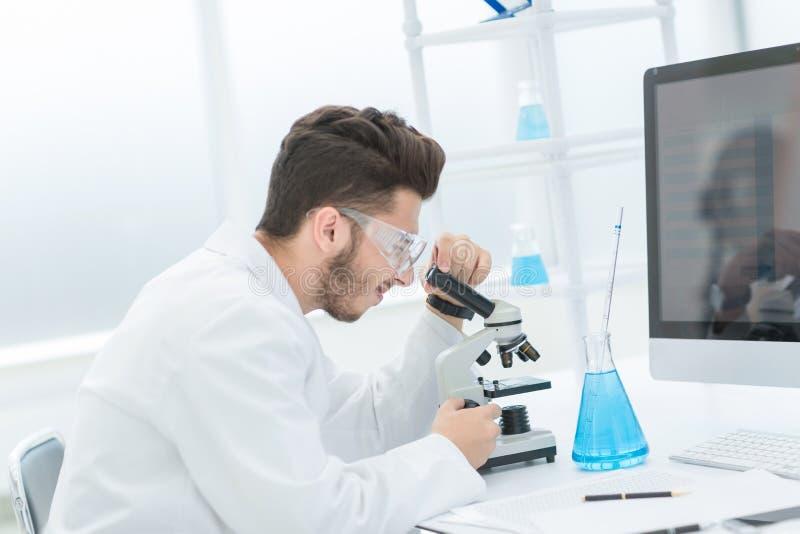 Le scientifique moderne conduit la recherche dans le laboratoire image stock