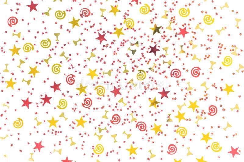 Le scintillement d'or a assorti les confettis de f?te d'isolement photos stock