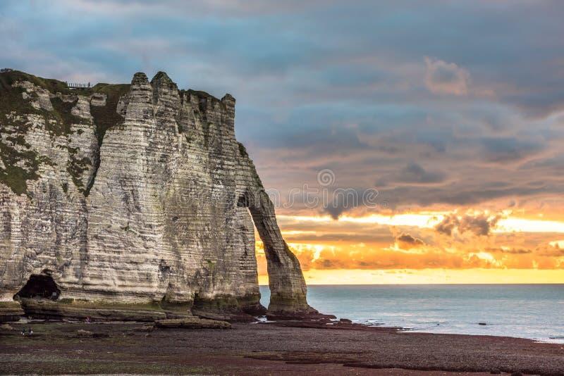 Le scogliere bianche di Etretat e dell'alabastro costeggiano, la Normandia, franco fotografie stock