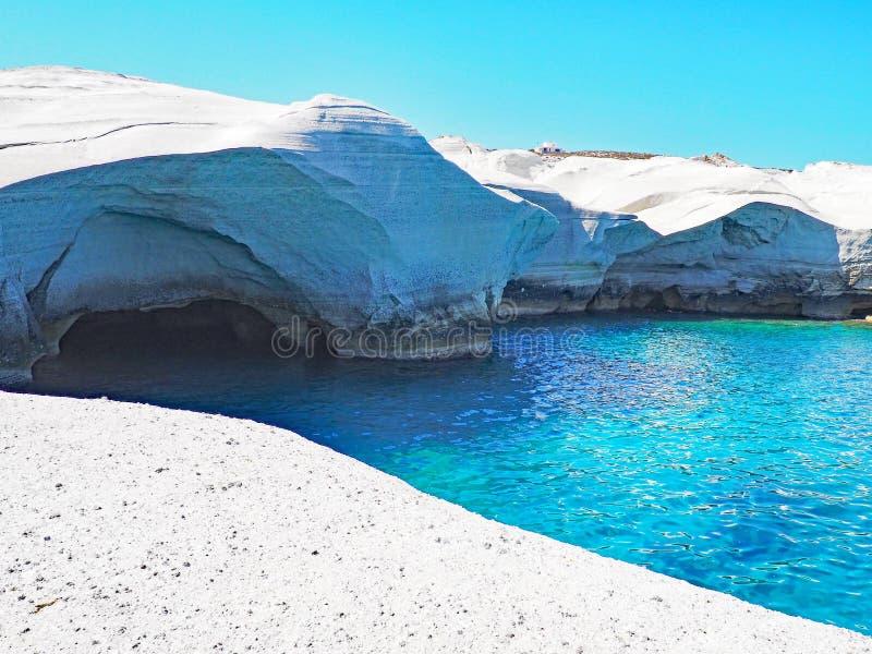 Le scogliere bianche vicino a Sarakiniko tirano in Milo nelle isole di Cicladi della Grecia immagine stock