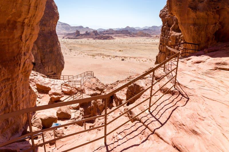Le scogliere della catena montuosa del parco di Timna del deserto abbelliscono la vista, Israele fotografia stock libera da diritti