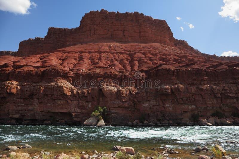 Le scogliere di arenaria e del fiume. immagine stock libera da diritti