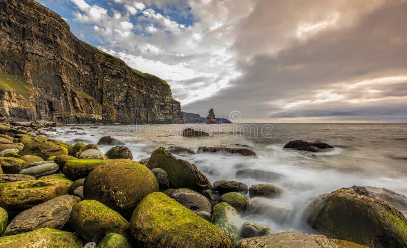 Le scogliere di Moher e Castle Ireland Epic Irish Landscape fotografia stock libera da diritti