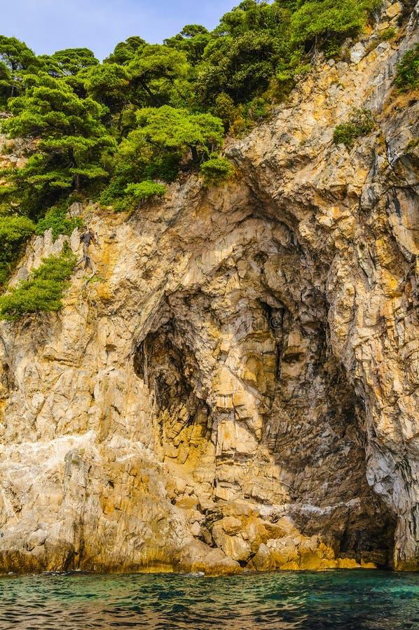Le scogliere ripide pure sulla costa adriatica viaggiano intorno alla Croazia europa fotografia stock