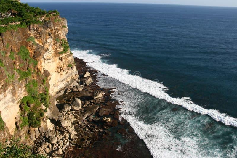 Le scogliere si avvicinano al tempiale di Uluwatu su Bali, Indonesia fotografie stock
