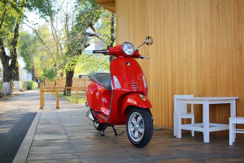 Le scooter rouge légendaire images stock