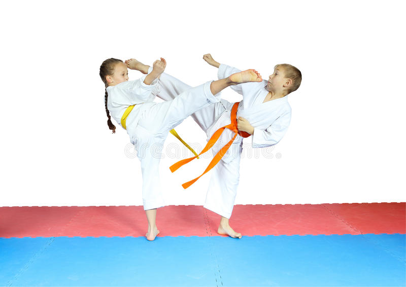 Le scosse dei colpi stanno facendo i piccoli atleti in karategi fotografia stock libera da diritti