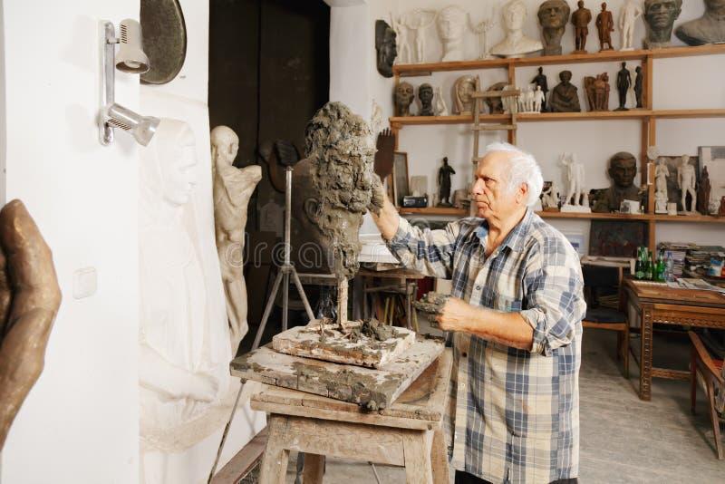 Le sculpteur crée la tête photos libres de droits