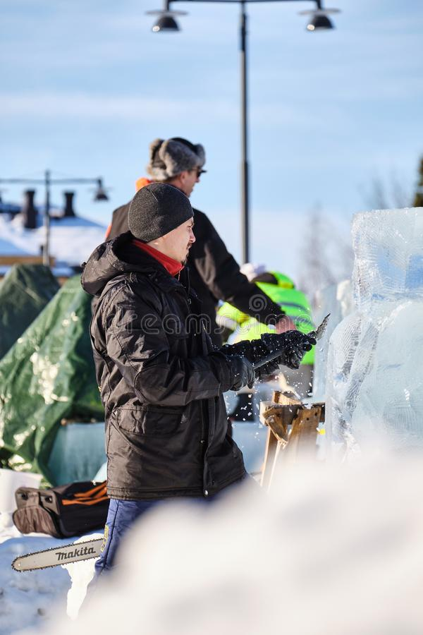 Le sculpteur de glace découpe l'illustration pendant la concurrence image libre de droits