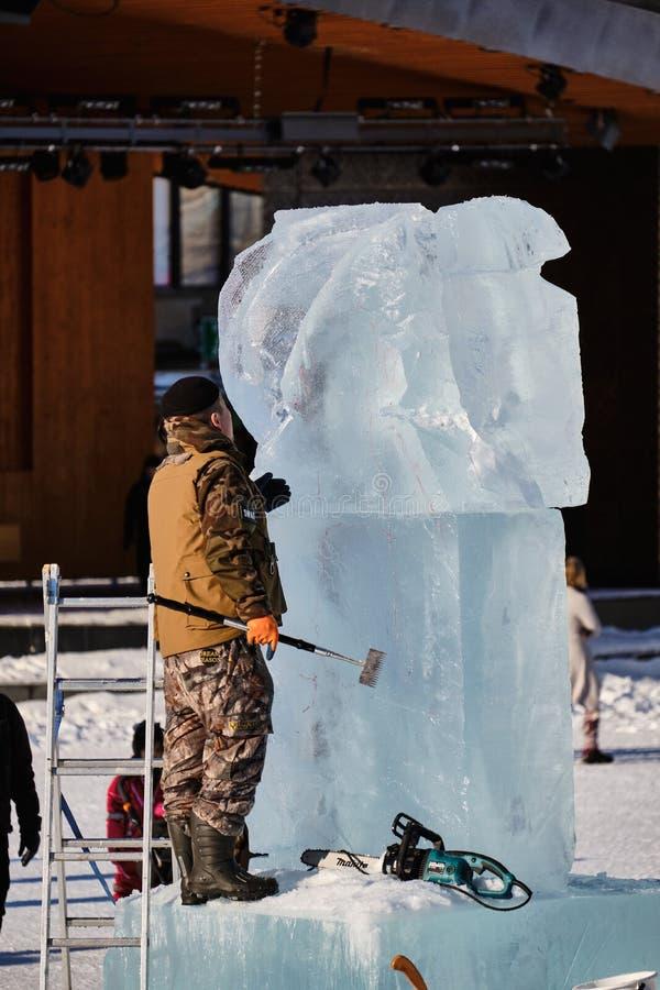 Le sculpteur de glace découpe l'illustration pendant la concurrence images stock