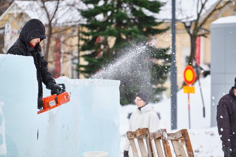 Le sculpteur de glace découpe l'illustration pendant la concurrence photographie stock
