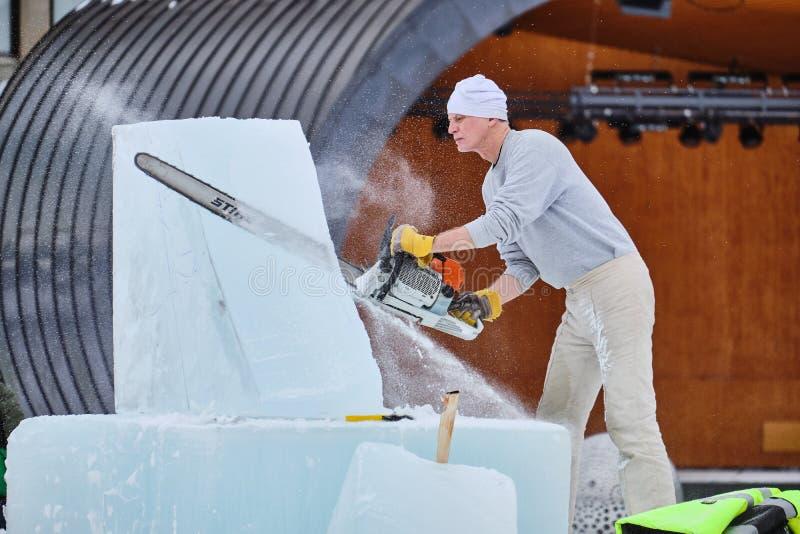Le sculpteur de glace découpe l'illustration pendant la concurrence photos stock