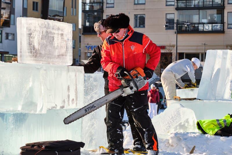 Le sculpteur de glace découpe l'illustration pendant la concurrence photo libre de droits