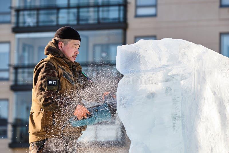 Le sculpteur de glace découpe l'illustration pendant la concurrence photographie stock libre de droits