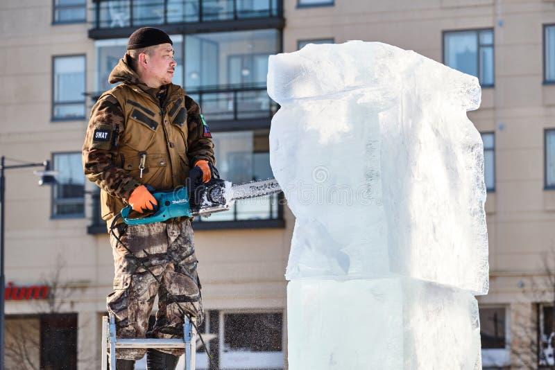 Le sculpteur de glace découpe l'illustration pendant la concurrence image stock