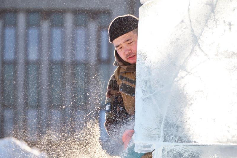 Le sculpteur de glace découpe l'illustration pendant la concurrence images libres de droits