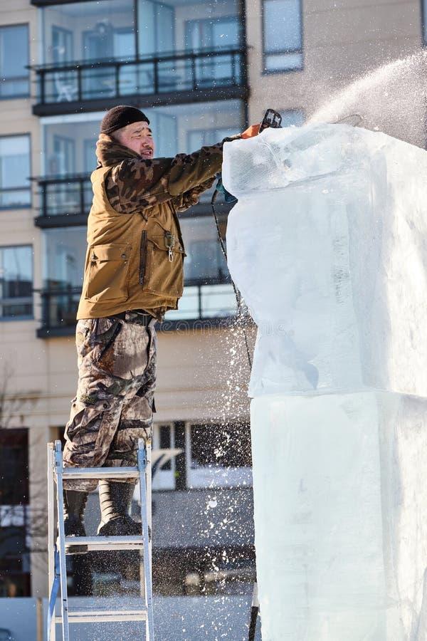 Le sculpteur de glace découpe l'illustration pendant la concurrence photo stock