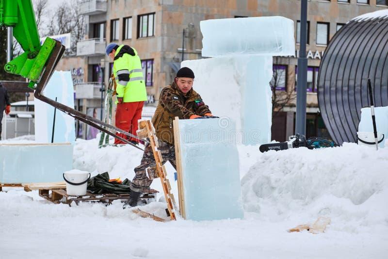 Le sculpteur de glace préparent des glaçons pour l'illustration pendant la concurrence image libre de droits