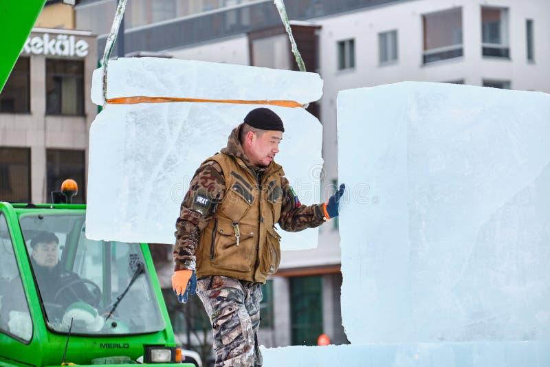 Le sculpteur de glace préparent des glaçons pour l'illustration pendant la concurrence photographie stock libre de droits