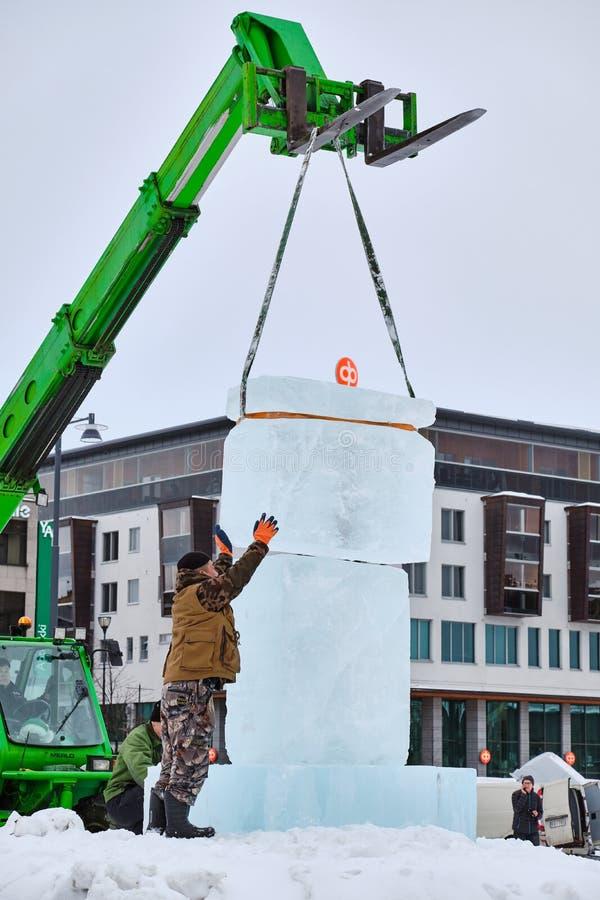 Le sculpteur de glace préparent des glaçons pour l'illustration pendant la concurrence images libres de droits