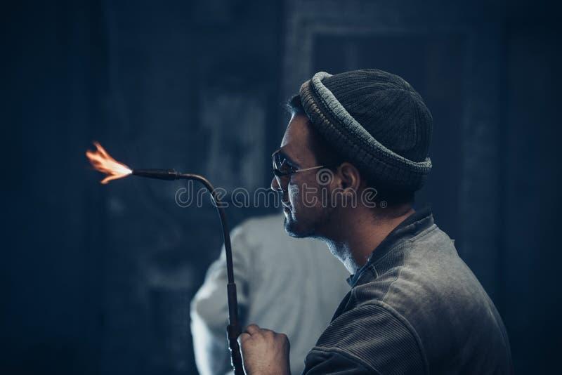 Le sculpteur travaille avec le soudage à gaz photos libres de droits