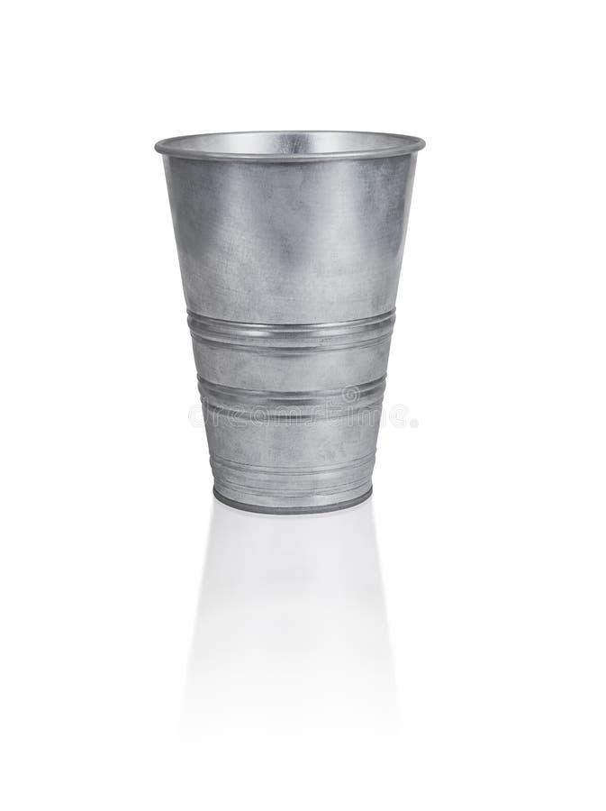 Le seau vide de zinc une fin est isolé sur le blanc image stock