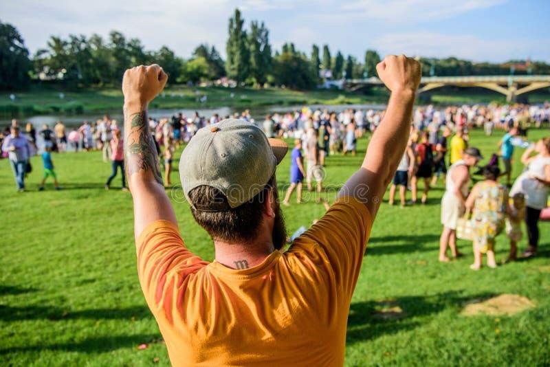 Le secret au succès est de continuer le déplacement Type enthousiaste faisant le geste de gagnant pour le succès Hippie célébrant image stock