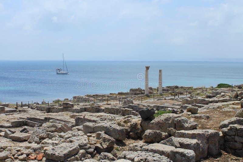 Le secteur archéologique de Tharros et un yacht blanc en Sardaigne Italie image libre de droits