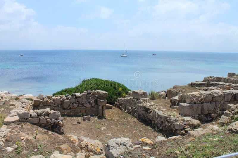 Le secteur archéologique de Tharros et un yacht en Sardaigne Italie image stock