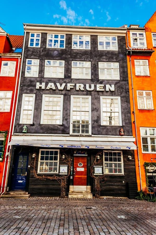 Le secteur de Nyhavn est l'un des points de repère les plus célèbres à Copenhague avec les maisons et les canaux colorés typiques image stock