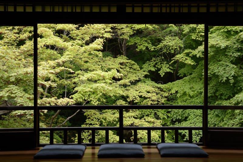 Le sedi al lato della finestra. fotografia stock
