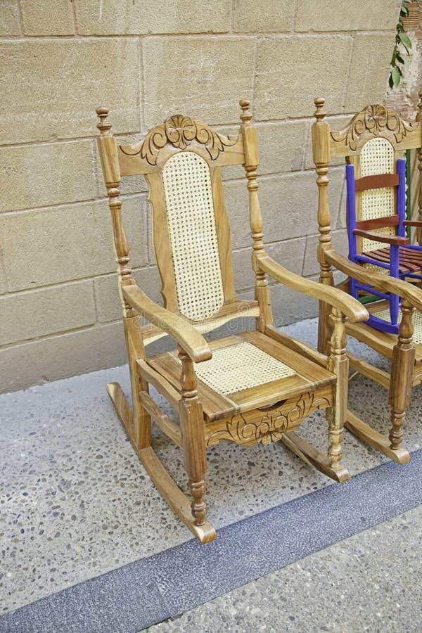 Sedie di legno antiche fotografia stock. Immagine di ...
