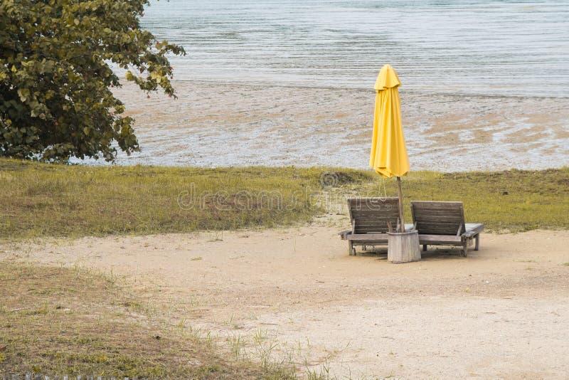 Le sedie di legno parteggiano la spiaggia fotografia stock