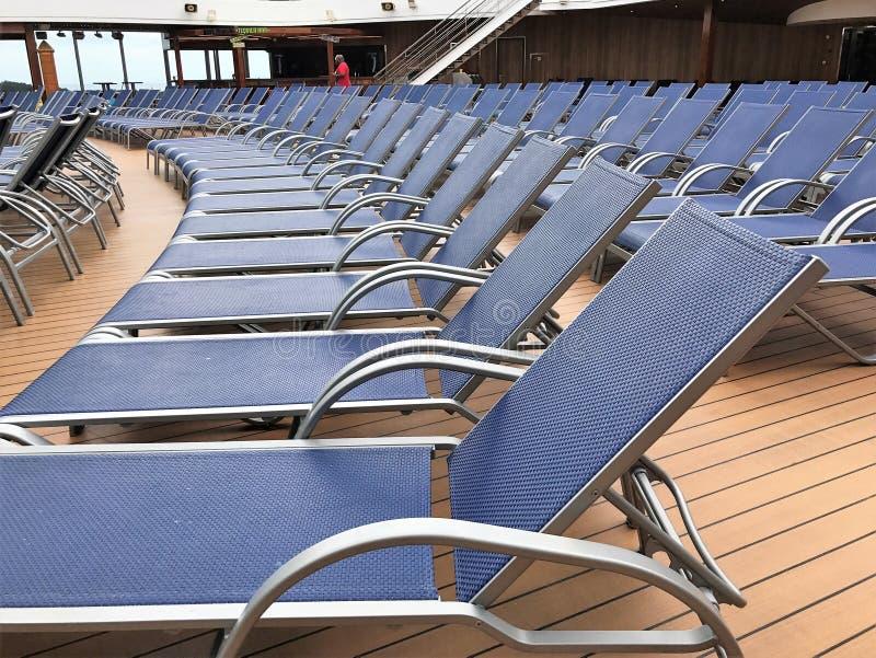 Le sedie di salotto hanno allineato una piattaforma della nave da crociera immagine stock