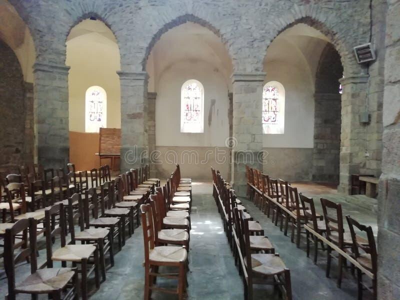 Le sedie hanno allineato dentro una chiesa fotografia stock