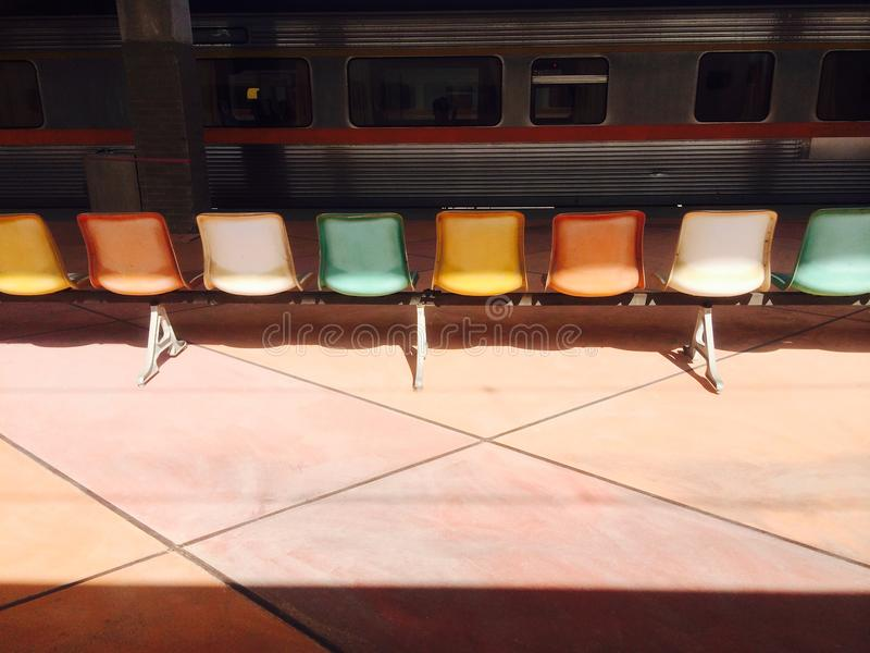 Le sedie variopinte sono sulla piattaforma fotografia stock