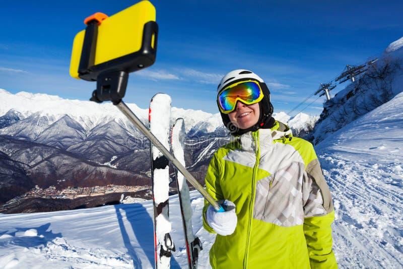 Le selfie för skidåkarekvinnatagande med pinnen royaltyfria bilder