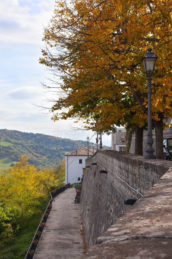 Le sentier piéton et les réverbères en pierre dans la ville se garent image stock