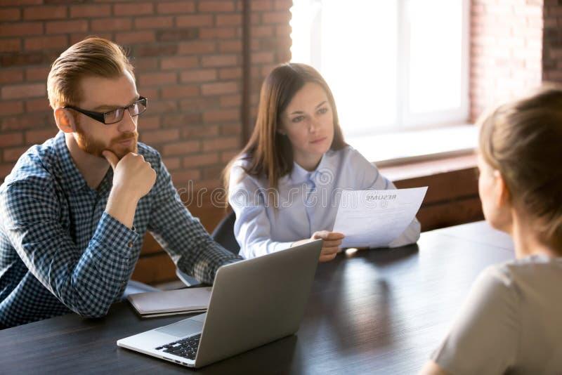Le sentiment de entrevue sceptique méfiant de demandeur de travail d'heure font image stock