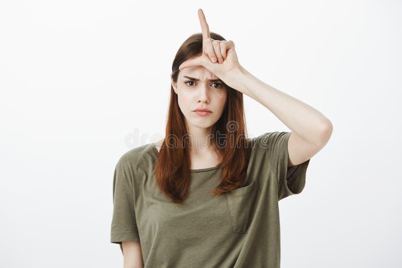 Le sentiment de fille aiment le perdant Portrait d'amie sombre de renversement avec de beaux cheveux moyens, montrant l mot au-de photo stock