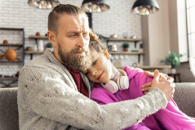 Le sentiment de père inquiété de son sentiment de fille a enfoncé photo stock