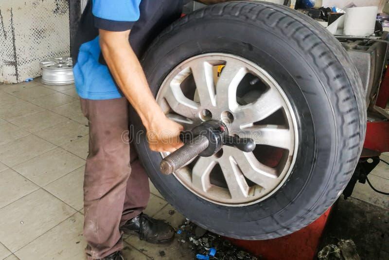 Le serie di ruota di automobile d'esecuzione del tecnico stancano l'equilibratura fotografia stock libera da diritti