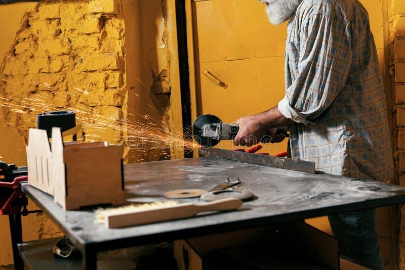 Le serrurier coupe le métal dans l'atelier photo libre de droits