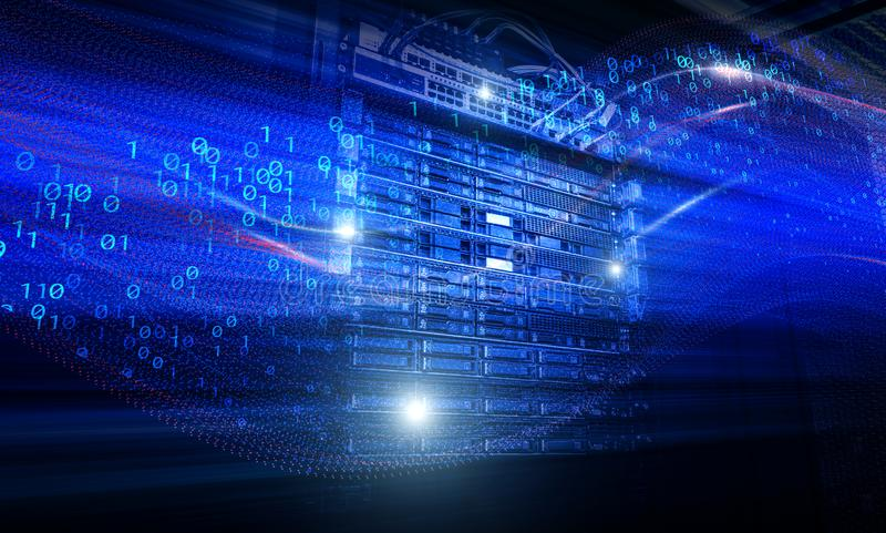 Le serveur de lame dans le groupe de support unité de disque dur des bandes de stockage dans la binaire de mouvement de pièce de  image libre de droits