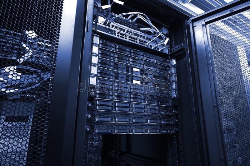Le serveur de lame dans le groupe de support unité de disque dur le stockage dans le ton noir et blanc de pièce de centre de trai image stock
