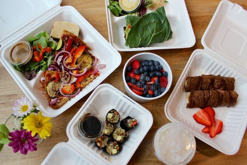 le service de distribution de repas de Cru-vegan - des repas et des casse-croûte pour le detox ou nettoient images libres de droits