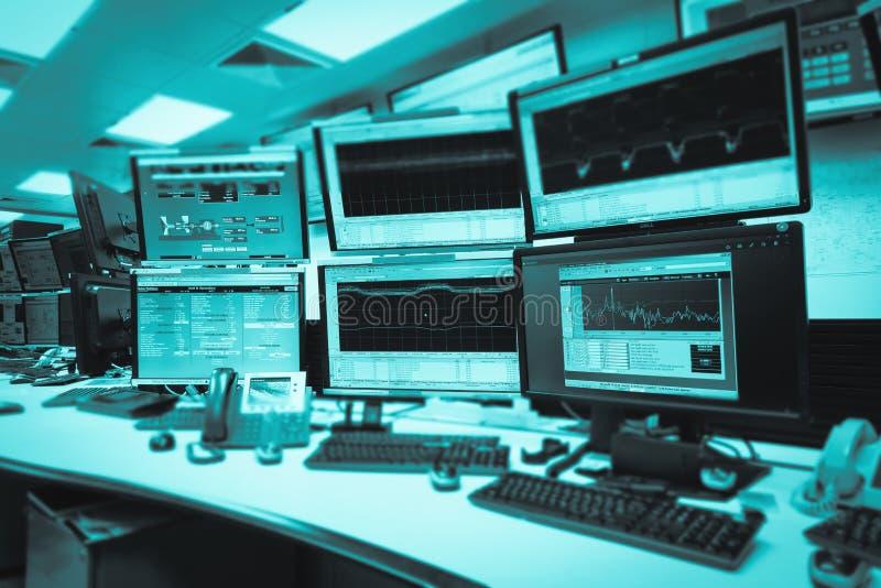 Le service informatique de pièce de commandes système avec beaucoup surveillent dans un Facilit de pointe photographie stock libre de droits